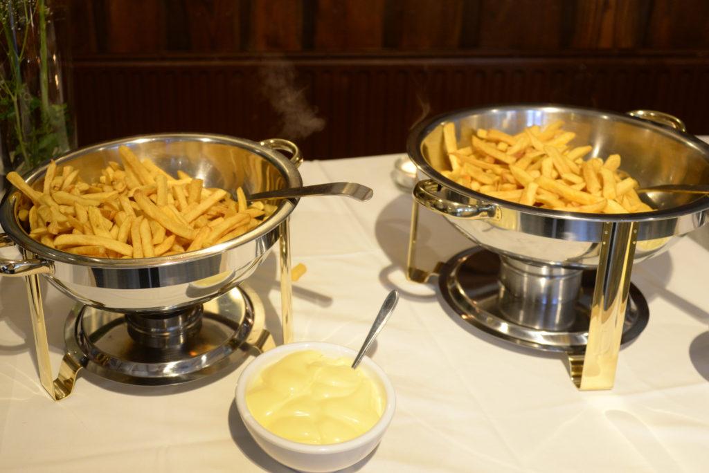 Frietje, snack, glas ranja en baanhuur: €9,50 per kind